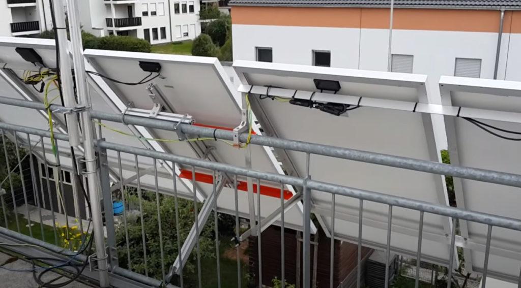 Закрепленные на крыше солнечные модули